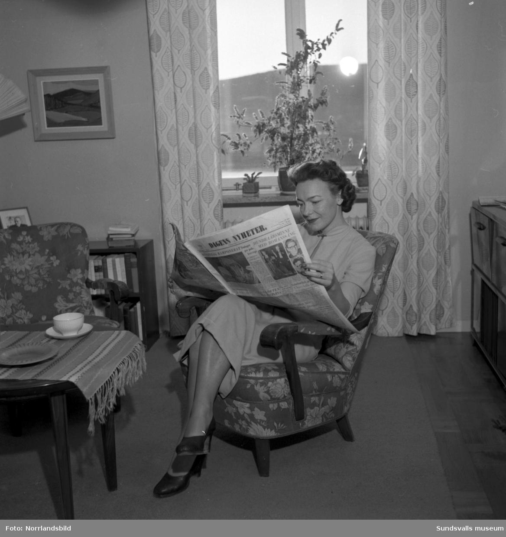 Borgmästarinnan Kay von Schultz läser DN. Den första tidningen har kommit med premiärturen för tidningståget 9.15 till Sundsvall.