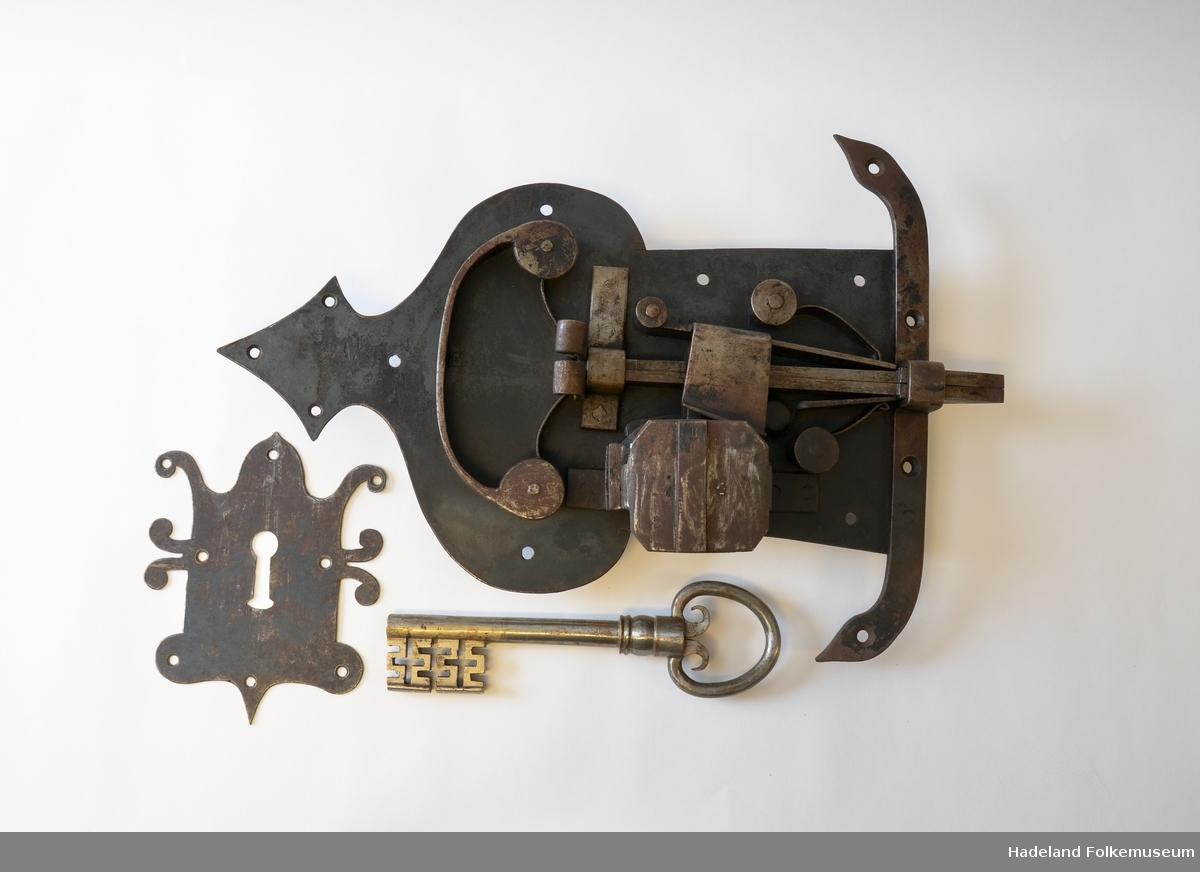 Låskasse, stor, smidd av Knut Smed. Tilhørende nøkkel og låseskilt.