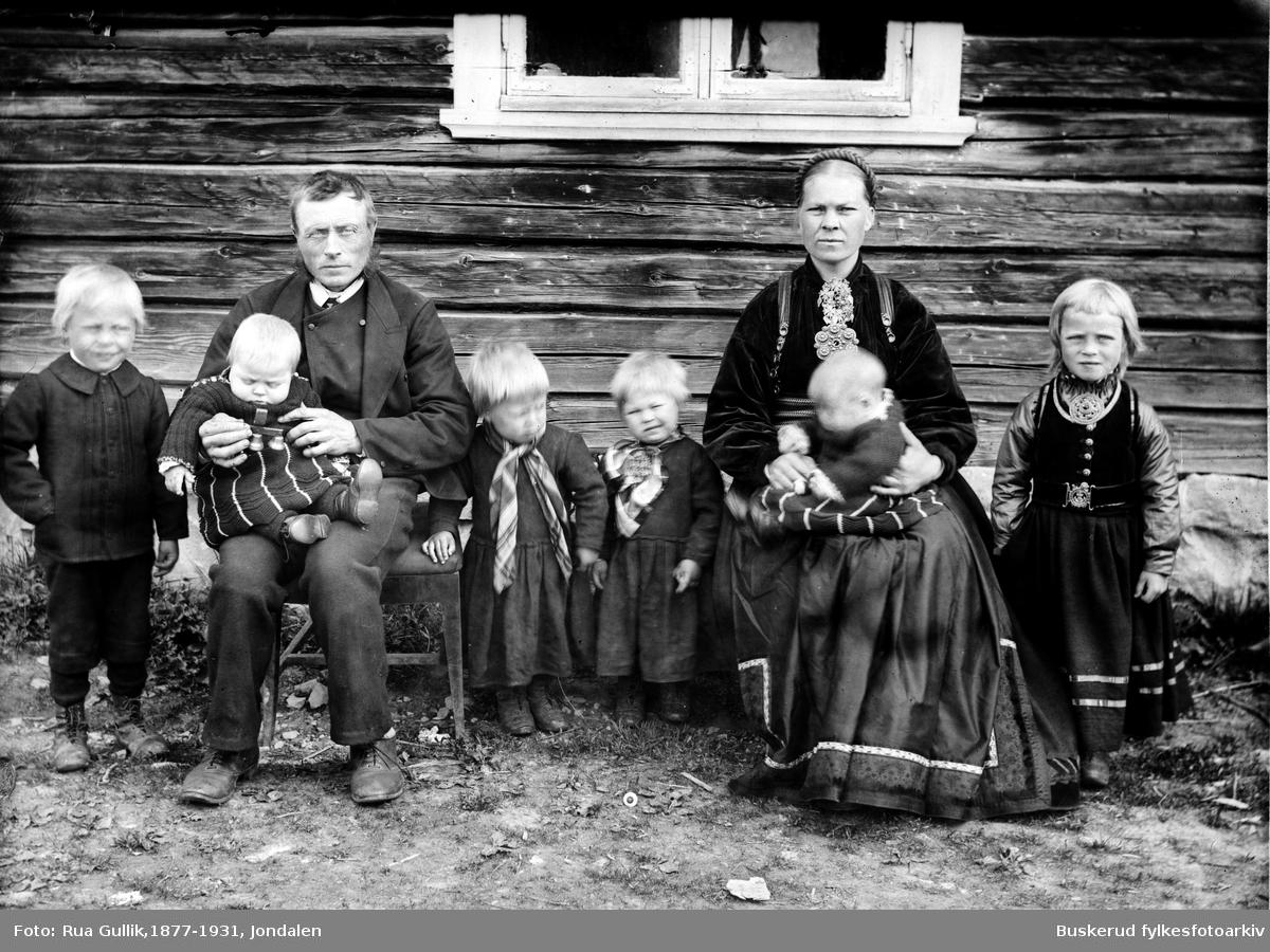Johan G. Frøland med familie Jon G. Frøland (født 1852 på Strand i Heddal død 1939) gift med Ingebjørg O. Frøland. Tre tvillingpar:  Anlaug( 1892-1954) Gunleik (1892-1936) Olav( 1894-1970) Gunhild (1894-1952) Anne (1896-1976) Johannes (1896-1986) Fikk et tvillingpar til 1900 som ikke er på bildet. Sauland 1897.