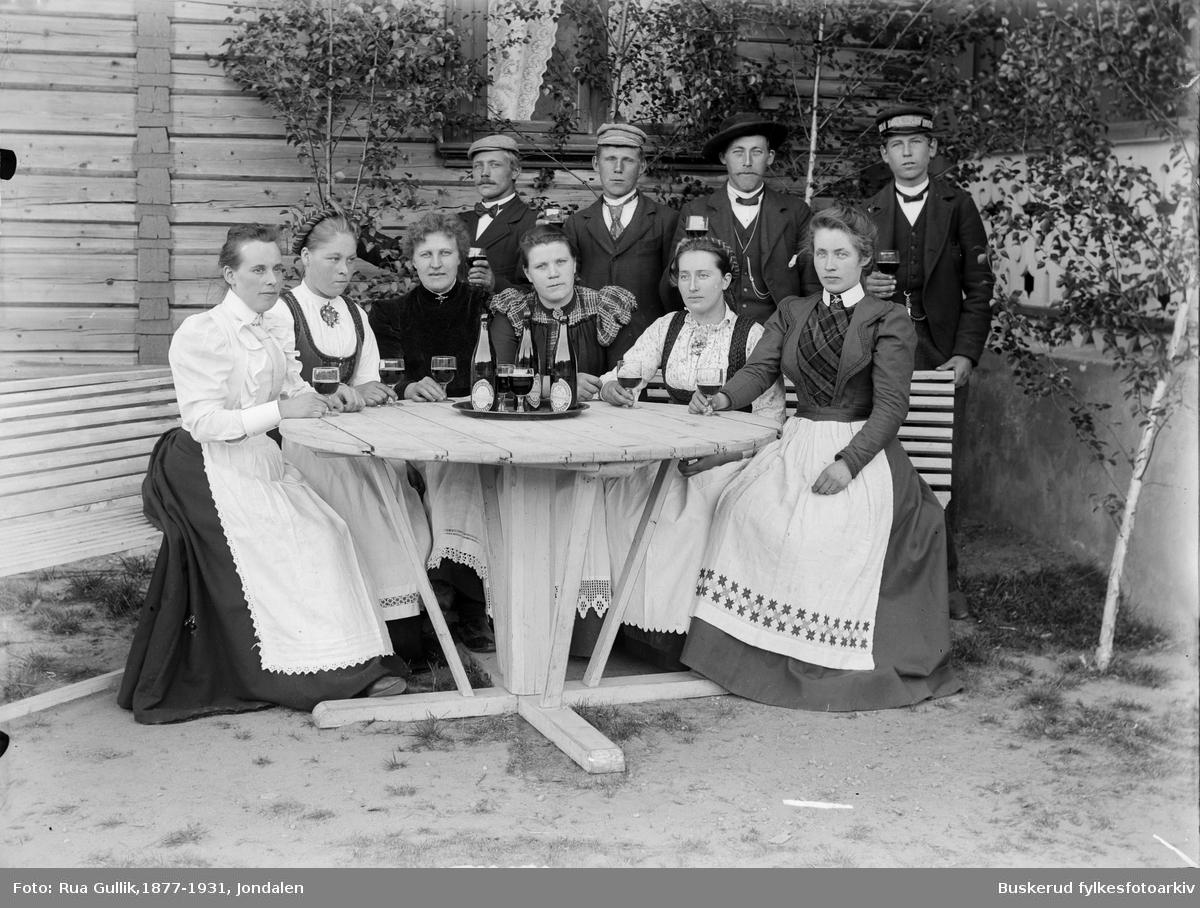 Kjøkkengruppen på Gran Hotell ved Bolkesjø Tre damer fra høyre er:   Gunhild Bjørnskås fra Hovin , Rønnaug Jonrud Bolkesjø og Jøran Haugen (Bakken) Jondalen. Foto ca.1900