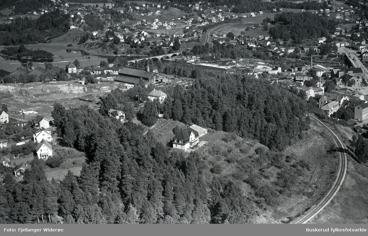 Ringerike tegnverk Hønefos bru med Hønefossen, Helgeshaugen, Øyaområdet, Hønefoss jernbanestasjon 1953