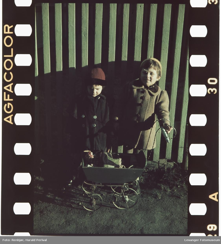 To barn med dukkevogn.