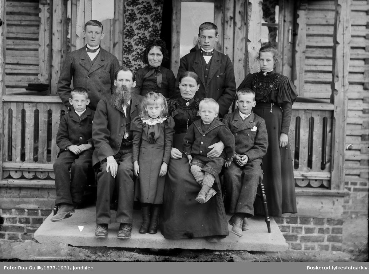 Fra venstre bak: Jon O Buen , Håkine , Guldbrand O Buen, Helga. Fra venstre Foran: Sigmund, Ole J Buen, Aslaug ,kona Anette Bø , Einar og Olav. Bærum 1897