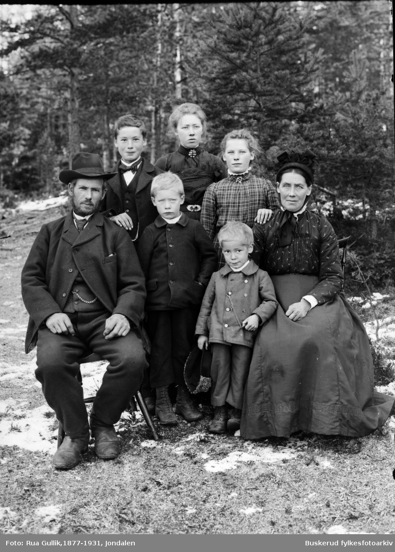 Ole Lofthus familien 1902 Ole K.Aasen (Lofthus) gift med Kari Høljesd. Løkemoen med barn. Jondalen