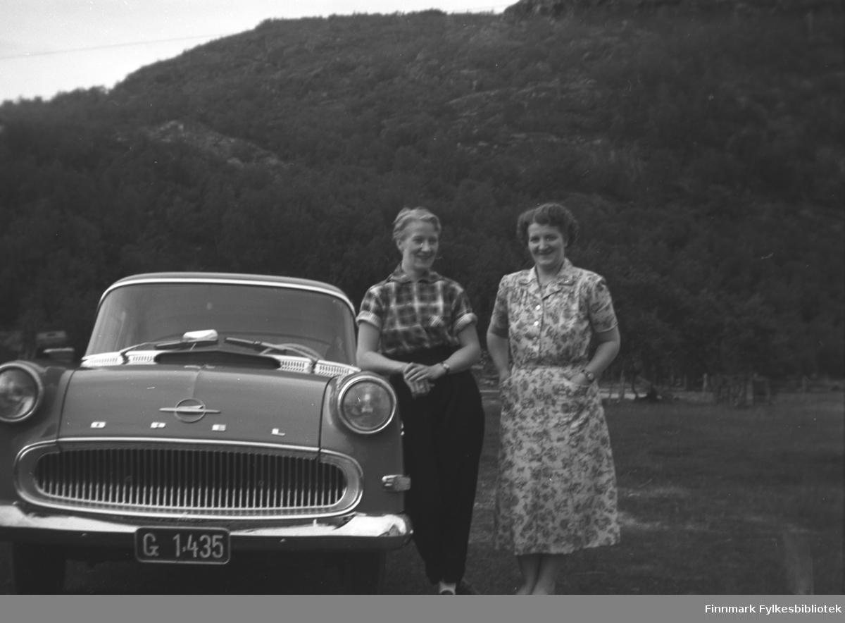 Søstrene Herlaug Mikkola og Astrid Lindseth ved Opelen (Opel Rekord 1958-60) til østerrikeren Karl Brünzus, som besøkte Mikkelsnes.