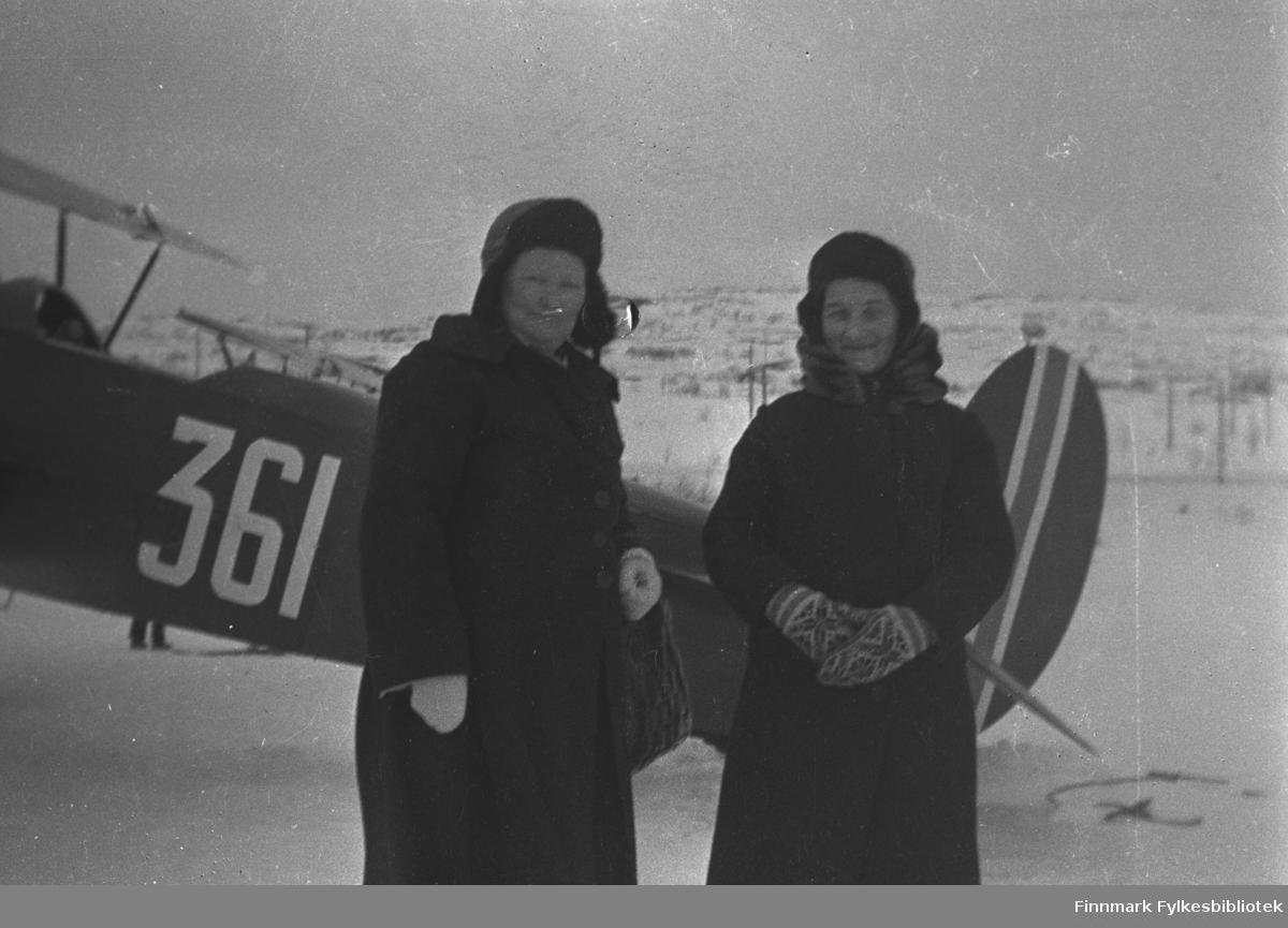 Svigerinnene Kathinka og Beate Mikkola på Førstevann under en flyoppvisning der, antakelig ca. 1935-1939. Flyet bak dem er en dobbeltdekker merket 361