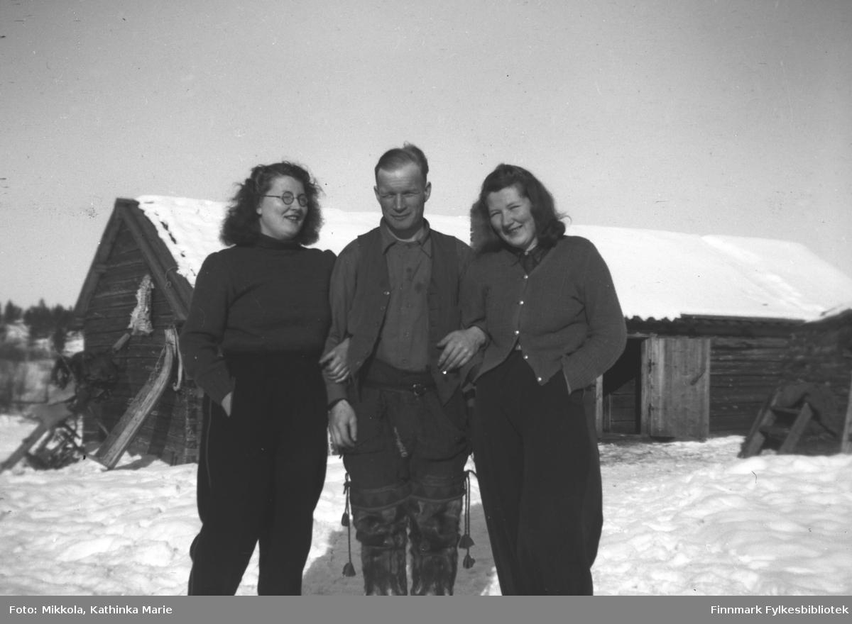 Pakanajoki, ca. 1937? Fra venstre: Ingrid Mikkola, Frans Aksel Labahå, Kari Mikkola