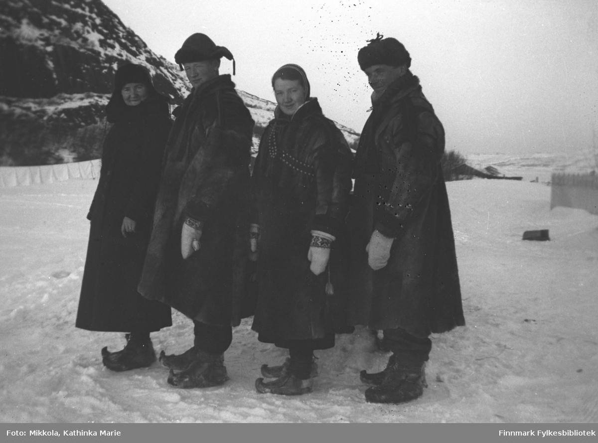 Med skaller og pesk på jordet utenfor Mikkelsnes. Fra venstre: Nanna Methi (i kåpe), Mikkel, Synnøve og Leif Mikkola