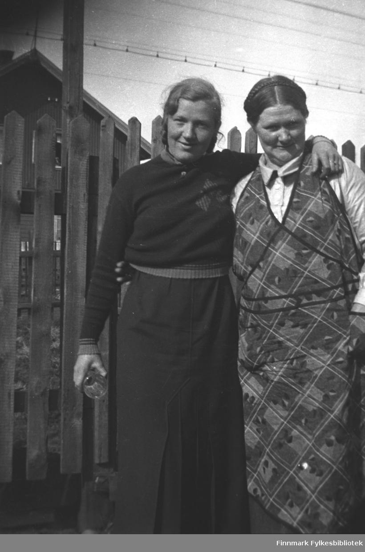 Mor og datter i Kirkenes, til venstre Synnøve Mikkola, til venstre Kathinka Mikkola