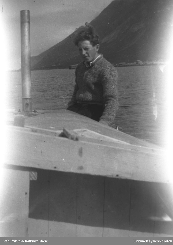 Ukjent gutt fotografert ombord i en båt. Bildet er tatt i Skjelfjord i Lofoten