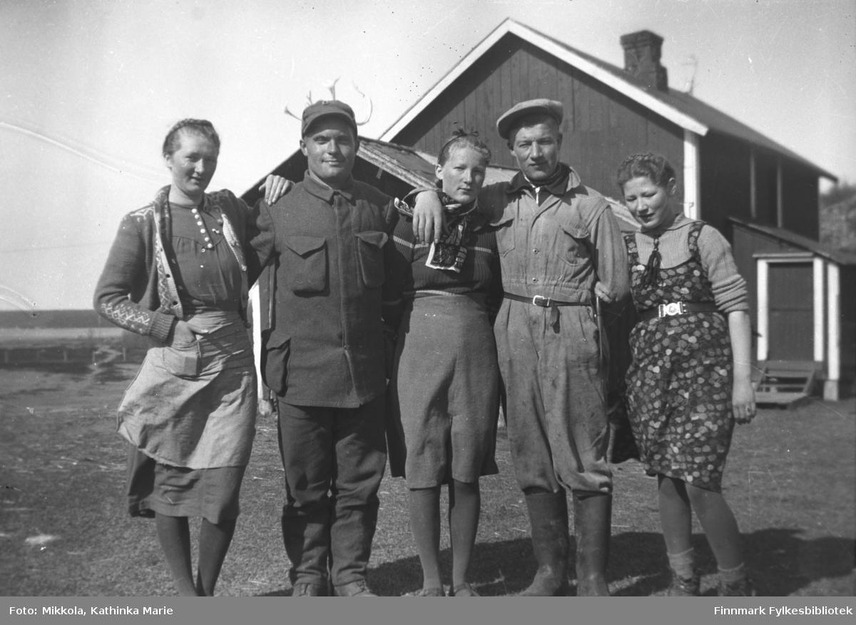 Gruppebilde tatt utenfor fjøset på Mikkelsnes. Fra venstre: Marine Mikkola, Torleif Valla, Gudrun, Andreas og Ingrid Mikkola