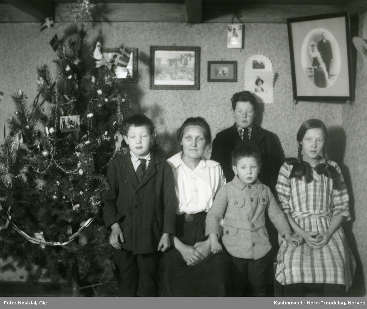 Johanna Solheim med familien ved juletreet
