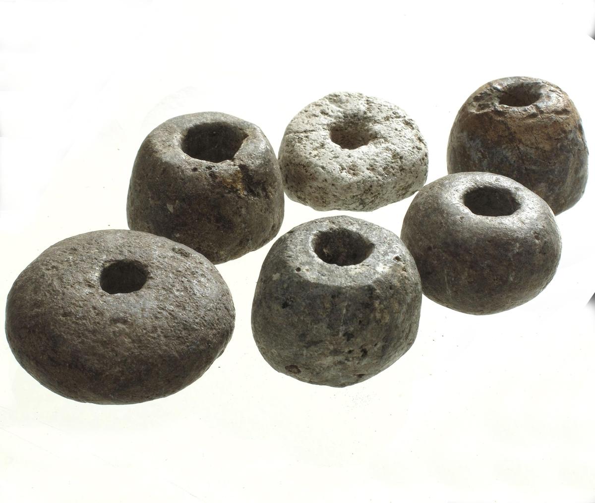4 sylindriske spinnehjul av samme slags kleber. Diam.2,8-3,2 cm, høyde 2-2,2 cm.