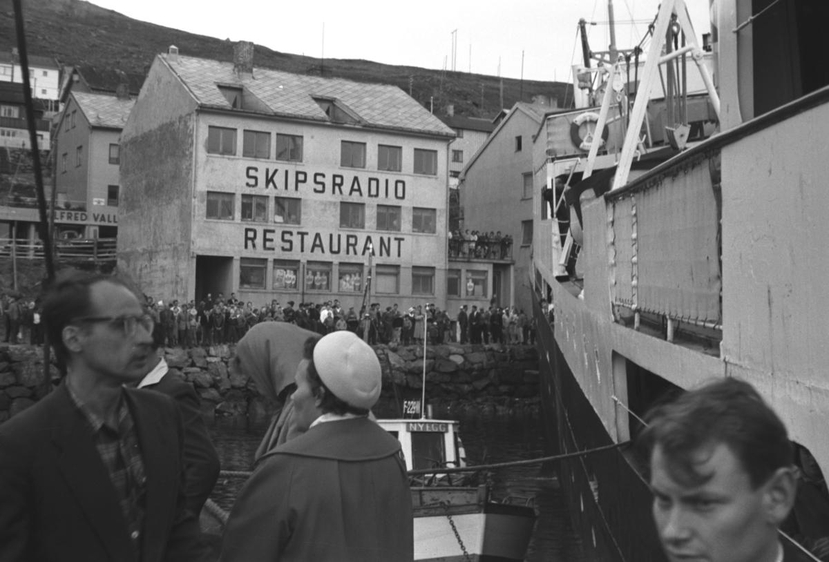 Hurtigruteskipet M/S Barøy med baugen i fjæresteinene i Honningsvåg. Grunnstøtingen skjedde etter en hydraulikksvikt til propellene.