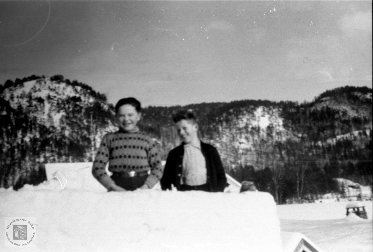 Tor Sigbjørn Roland og Fredrik Skjeggestad på taket
