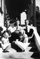 Fem søsken i trappa