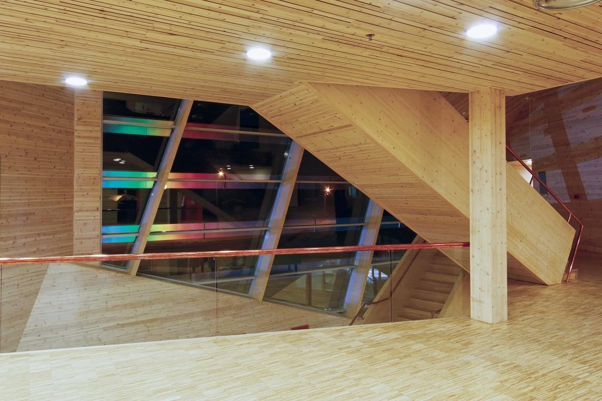 KORO - Kunst i offentlige rom inviterte i 2004 Olafur Eliasson til Svalbard Forskningspark i Longyearbyen for å utfordre ham til å lage et kunstverk med utgangspunkt i de unike naturforholdene i det arktiske området. Eliasson tok utfordringen, og leverte et lysbasert verk med tydelig signatur av hans sentrale kunstneriske motiv; forholdet mellom lyset vi oppfatter og det reelle lyset. Med bygget som instrument og vindusfasaden som linse, kan verket betraktes som en del av arkitekturen. Det kan også assosieres med naturfenomen som nordlys og regnbue. Verket påvirkes bevisst av årstidene, hvor vindusflatens utsikt i mørketiden markeres av verkets lysspill, mens sommerhalvåret preges av det naturlige lyset og utsikten mot fjorden.
