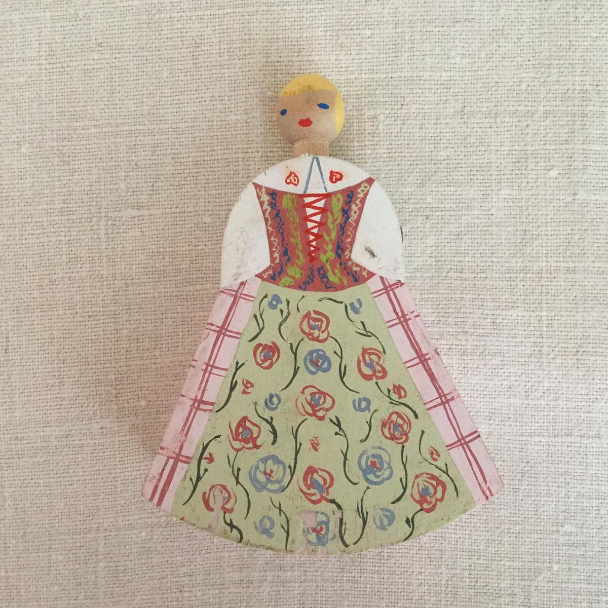 Docka i trä dekormålad med svensk dräkt från Rackeby.
