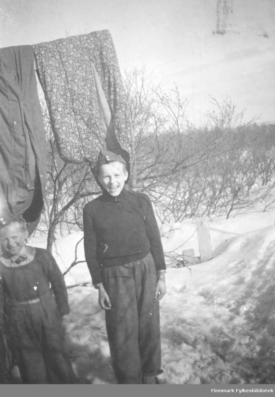 Johan Ballo og Per Bjørgan på hyttetur i Hauge hytta i Andersbyskogen Gutter barn snø trær klær eller soveposer henger på klessnor. Sveitserluer.