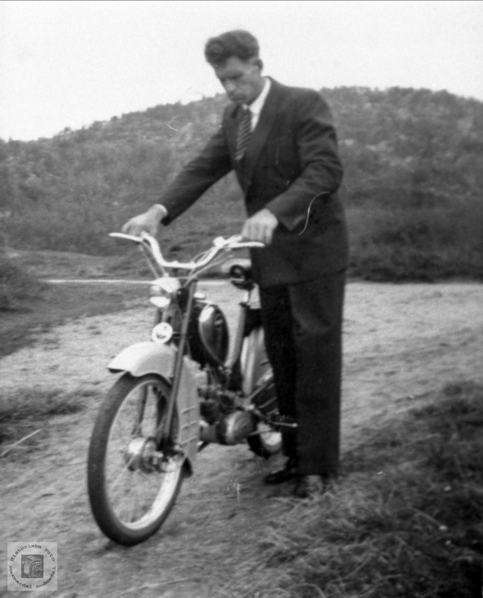 Martin gjer seg klar til kyrkjereis på mopeden.