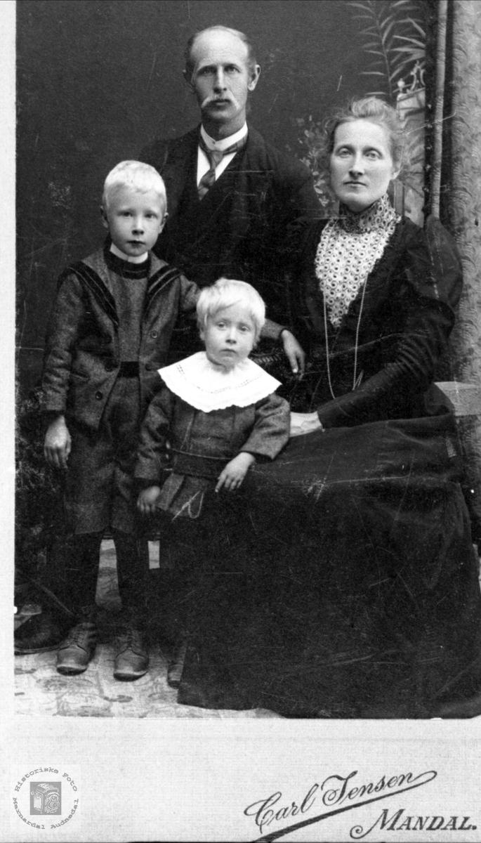 Fam. gruppe. Torje og Helene Aukland med barna Søren og Salve.