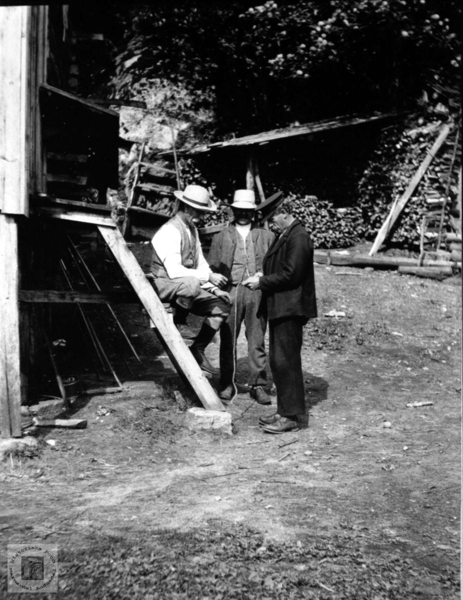 "Tre menn, to ""fiskelorder"" og Knud Lauvdal."