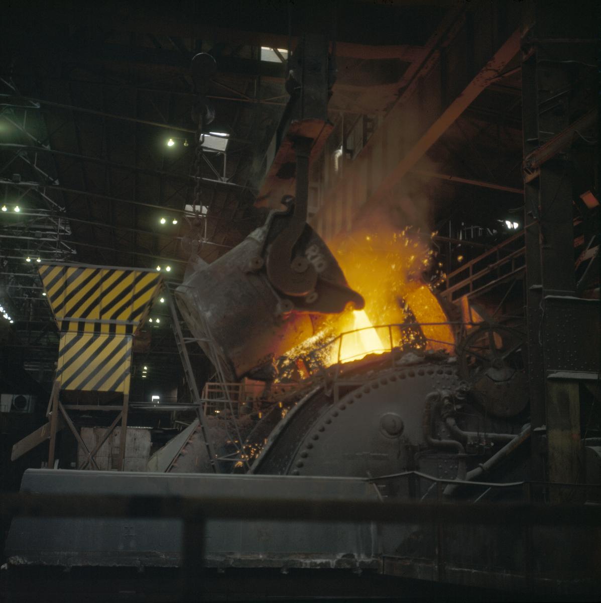 Foto av helling av flytende jern...Fra fotografens originalemballasje:.Norsk Jernverk, Mo i Rana.NN 71 - F/10