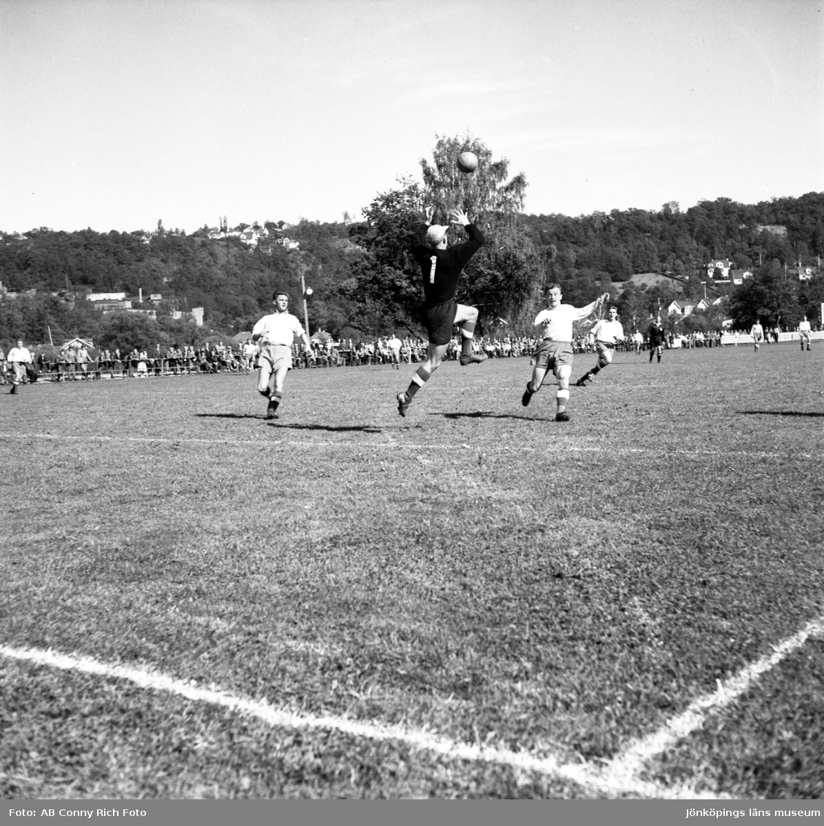 Fotbollsderby mellan J-Södra och HIF på Vapenvallen i Huskvarna den 15 april 1956.