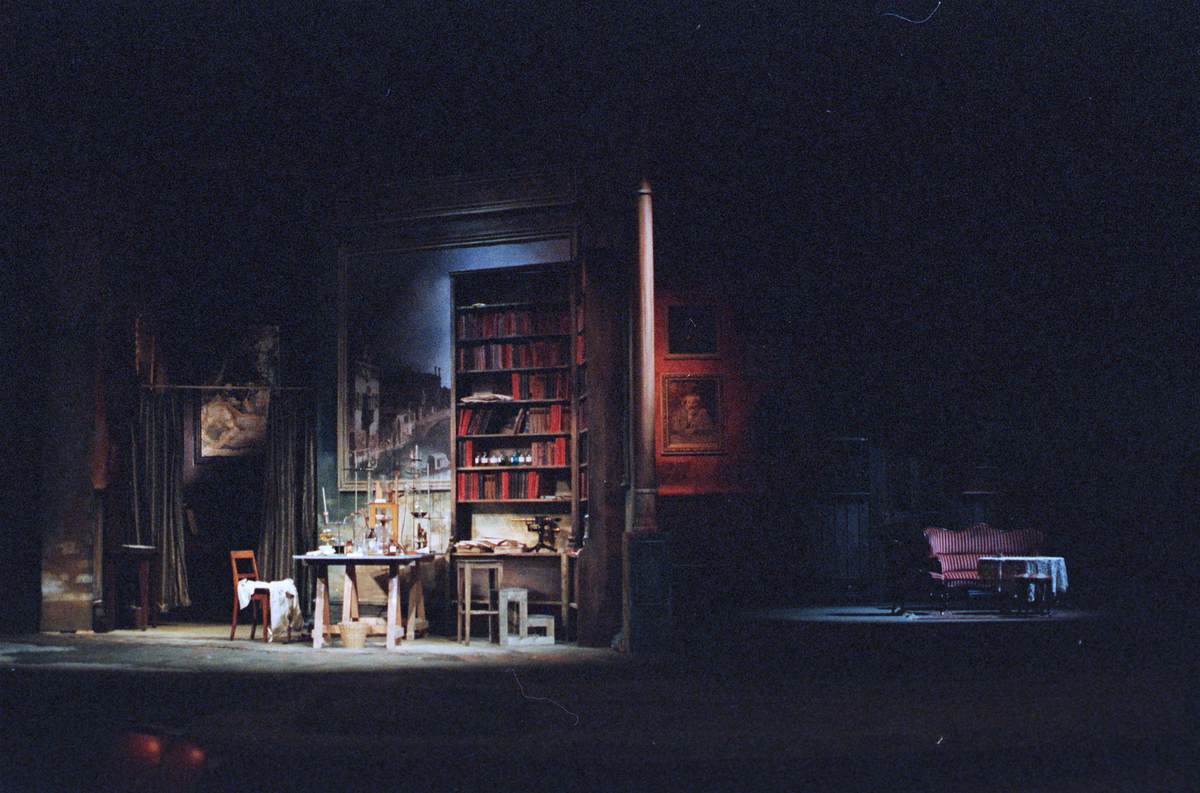 """Scenografi fra Nationaltheaterets oppsetning av Maxim Gorkij """"Solens barn"""". Forestillingen hadde premiere 18. oktober 1979. Ernst Günther hadde regi og Lubos Hruza kostymer og scenografi."""