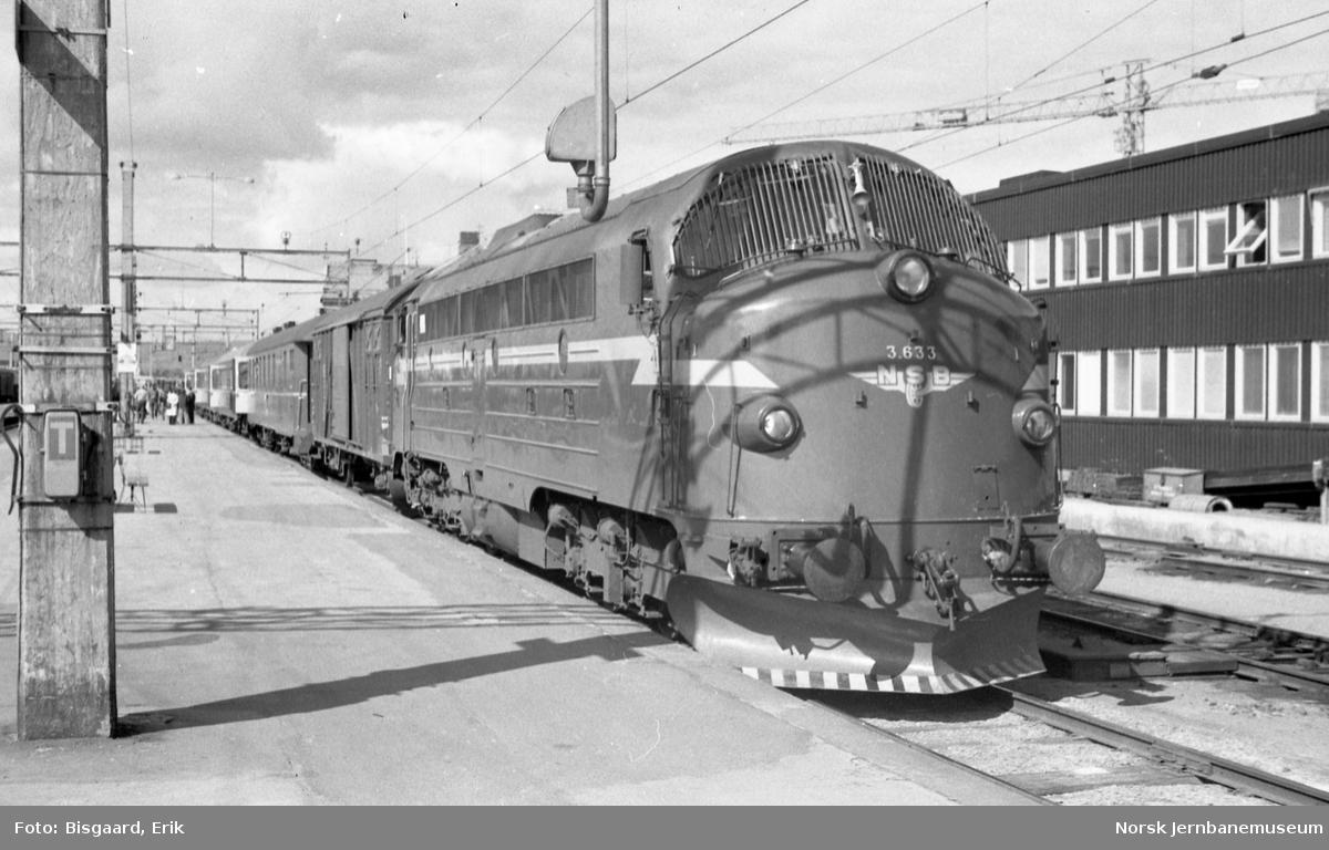 Diesellokomotiv Di 3 633 foran Rørosbanens dagtog 301 på Hamar stasjon