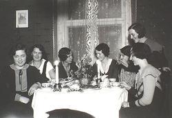 Ur familjen Wallerstedts album. Sju kvinnor sitter runt ett