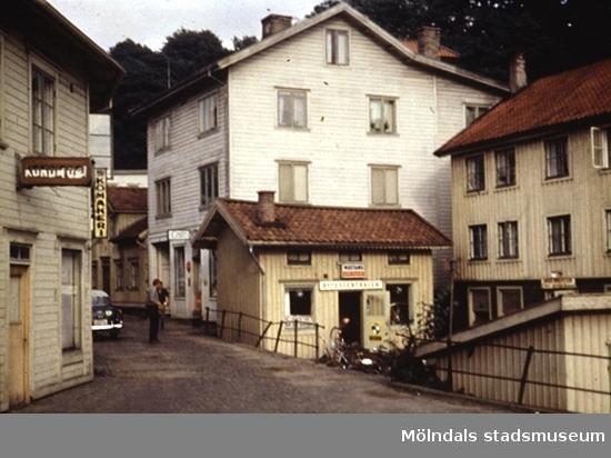 Huset till höger blev senare Kråkans Krog. Det vita huset till vänster ligger på Götaforsliden 6 och huset längst till höger ligger på Götaforsliden 4.