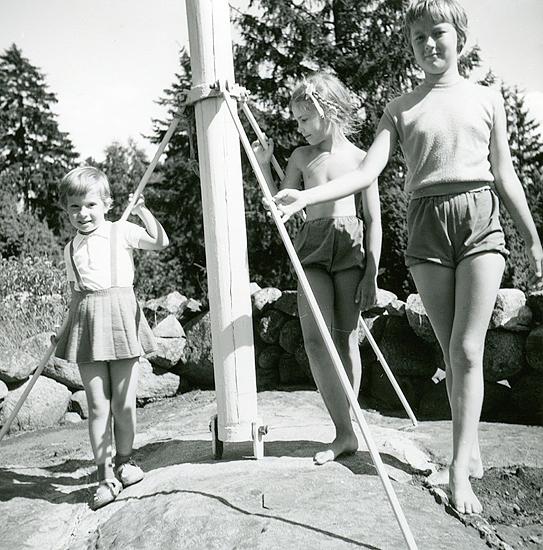 Sommaren 1958 poserande vid flaggstången. Veronika, Inger W., Agneta Lindqvist, f. 1946 Malmö, yngre syster till Binnie som gifte sig med Göran W.