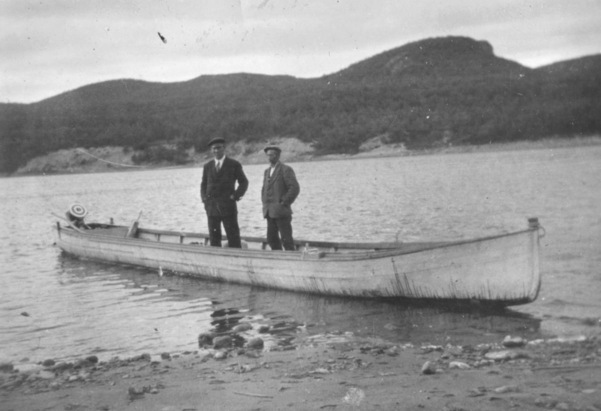"""""""Elvebåt med påhengsmotor som var en sjeldenhet like før krigen da bildet ble tatt."""""""