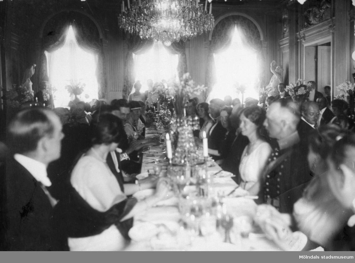 Bröllop mellan kusinerna Margareta Sparre och Folke Sederholm. Stora salongen på Gunnebo slott, 1919-06-26.