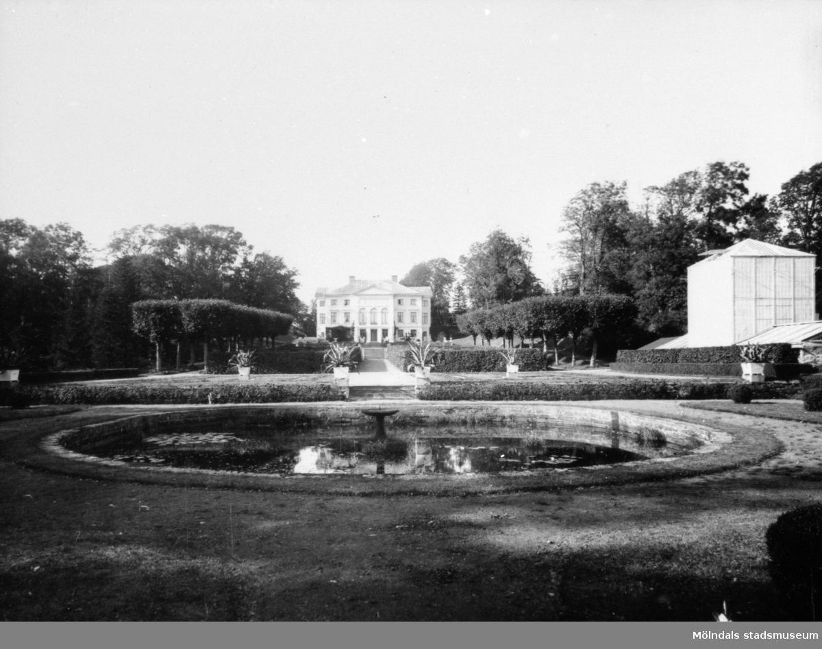 Gunnebo slott, södra sidan med damm och park i förgrunden, 1920-30-tal.