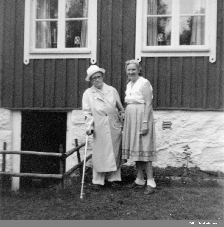 """Anna """"ve sjön"""" (Anna Johansson) står till vänster och Runa (kusinens fru) till höger. De står framför """"Stugan"""" i Gunnebo. 1979."""