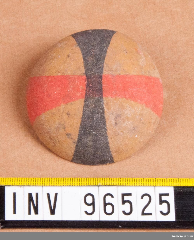 Regementsmärke som skulle bäras i hatten till 1807 års uniform. Fastställd av Gustav IV Adolf den 5 mars 1807. Rött och svart kors på gul botten. 148 stycken.