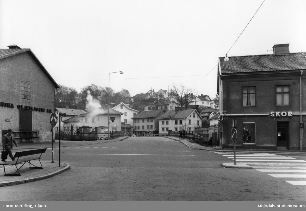 Vy från Gamla Torget mot Forsebron. Byggnaden till vänster är Delbancos oljeslageri (Kvarnfallet 3) och till höger ligger Byggnad 213 (Kvarnbygatan 4).