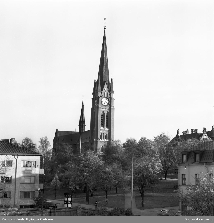 Gustav Adolfs kyrka i Sundsvall, exteriörbilder ur olika vinklar.