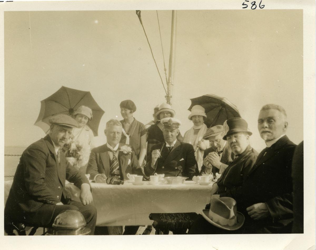 Kvinner og menn ombord i MS Tordenskjold 04.07.26