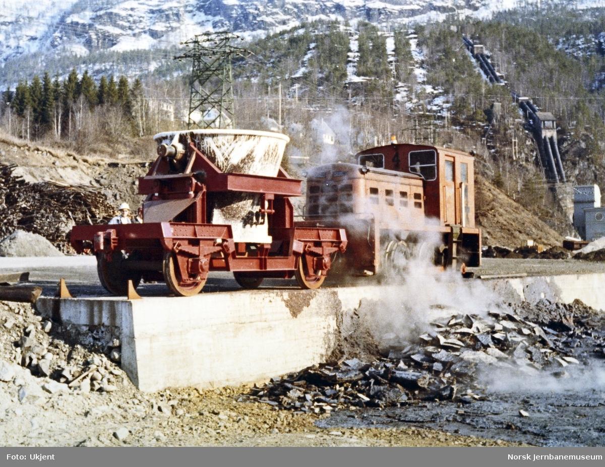 Slaggvogn bygget for Electric Furnace Products Company, koblet til bedriftens diesellokomotiv nr. 4