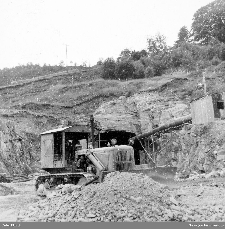 Anlegget av Ulriken tunnel - bulldozer ved østre innslag