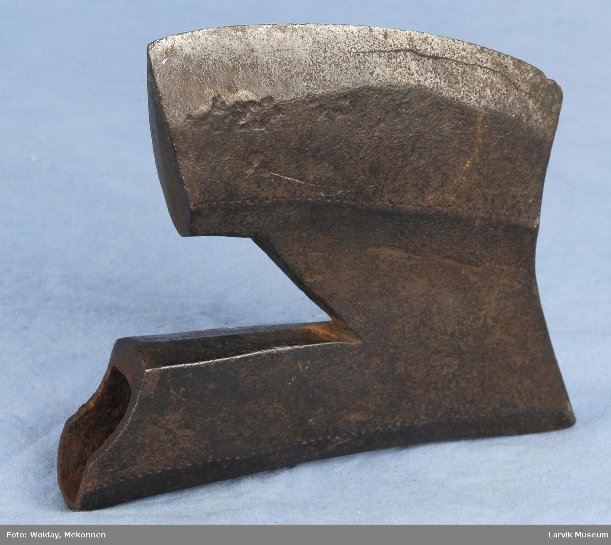 Laminert/ stålsatt. Kan være en yngre kopi av middelaldermodell