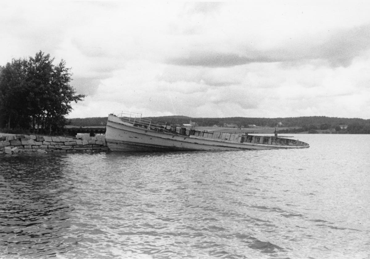 D/S Turistet ribbet for overbygning og maskineri, kort tid før den ble slept ut på Femsjøen og senket.