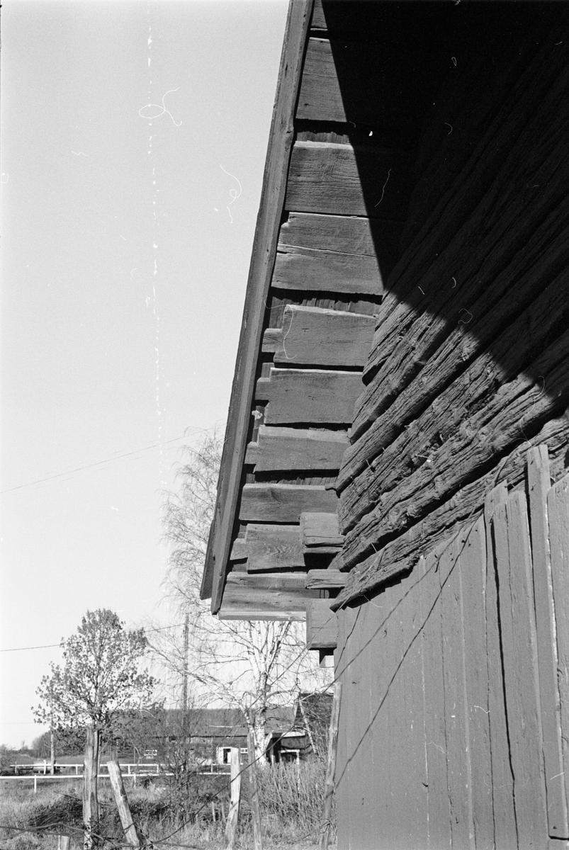 Takdetalj på bod, Tjälinge 7:1, Skogs-Tibble socken, Uppland 1985