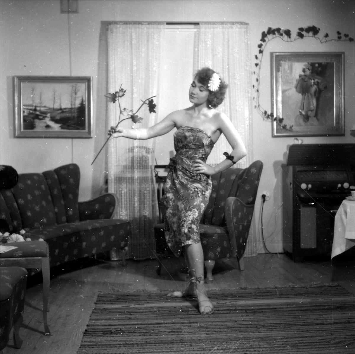 Porträtt av en ung festklädd kvinna på 1950-talet.