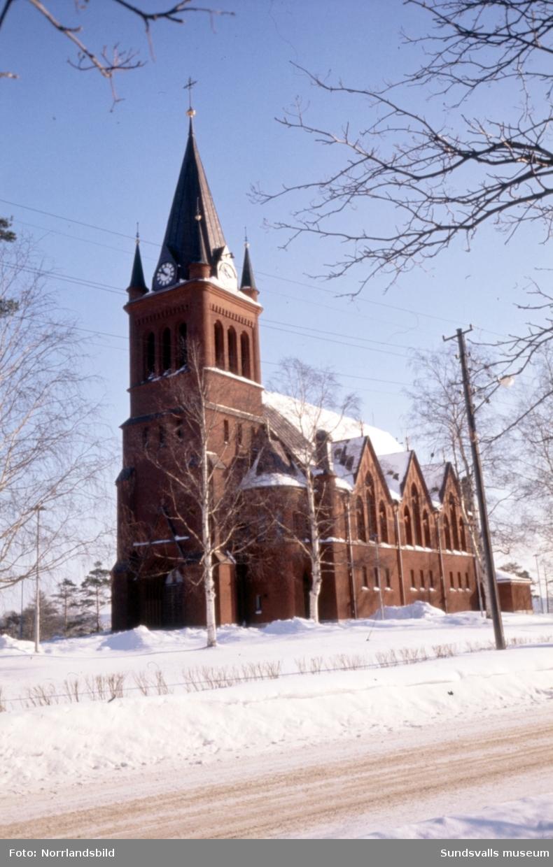 Exteriörbild av Skönsmons kyrka.