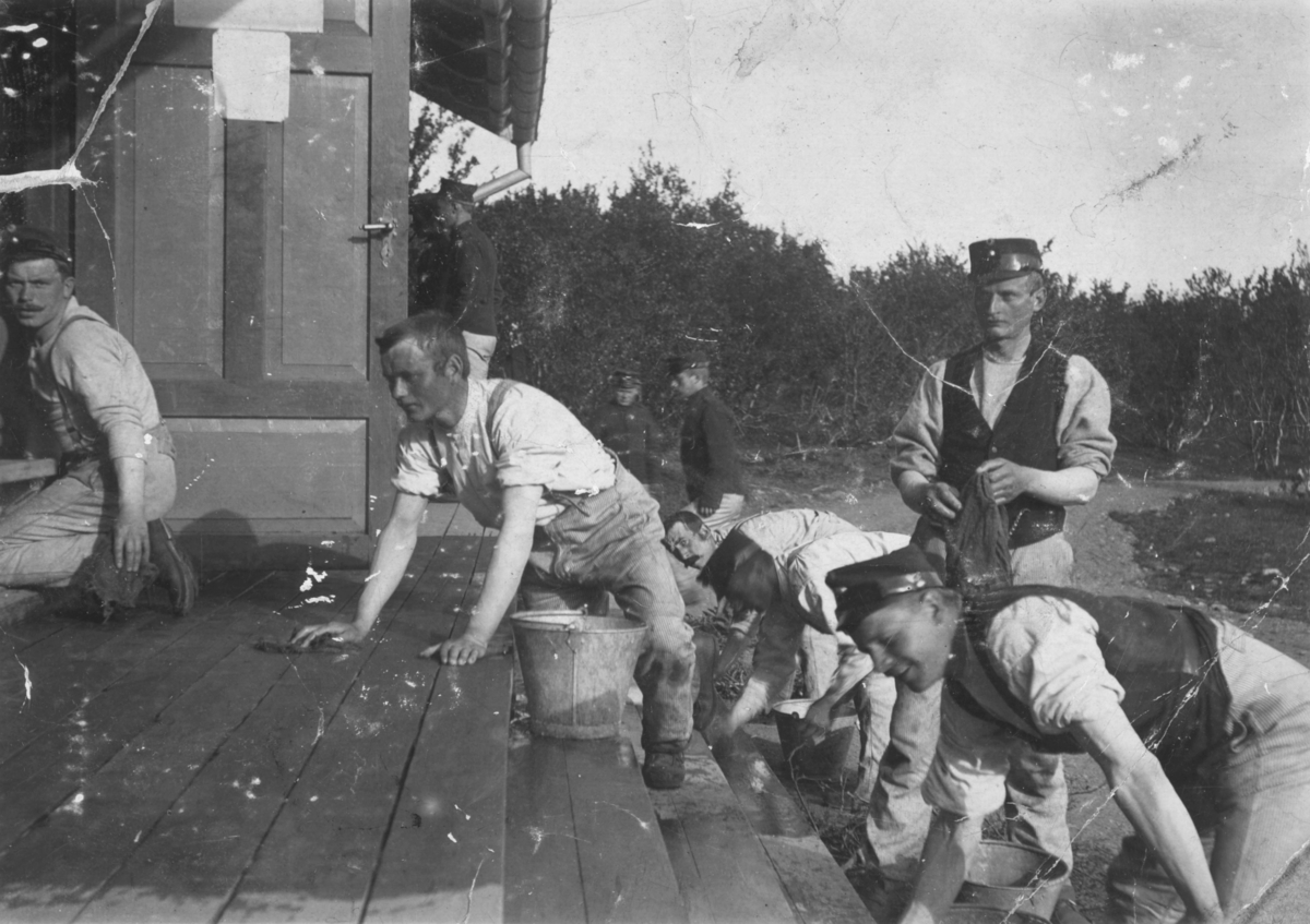 """""""Trappevask, Nyborgmoen."""" Flere menn skrubber en trapp."""