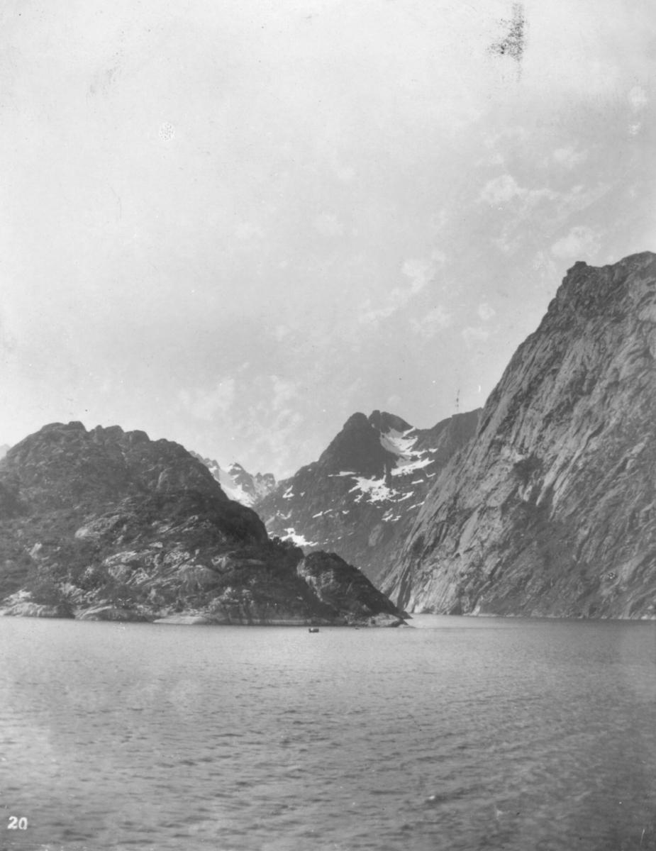 """""""Ind mod Troldfjord."""" Trollfjorden ligger i Raftsundet i Hadsel kommune i Nordland. Den 2,5 til 3 km lange fjorden er bare 200 m bred i munningen og 100 meter ved den smale innsnevringen, men vider seg ut i bunnen av fjorden der den danner et basseng som er 350 meter bredt og 60 meter på det dypeste. Ved det smale partiet ligger et rev av nedrast stein og dybden er bare 30. Den glattpolerte veggen på nordsiden består av monzonitt - Norges eldste bergart. Trollfjorden besøkes daglig av Hurtigruten i både nord- og sørgående rute. Hurtigruteskipet MS «Trollfjord» er oppkalt etter fjorden. Det arrangeres også daglige turer med utgangspunkt fra flere steder i Vesterålen og Lofoten. Ved fjorden ligger kraftverk fra 1950-tallet som utnytter regulerte vann i fjellet rundt."""